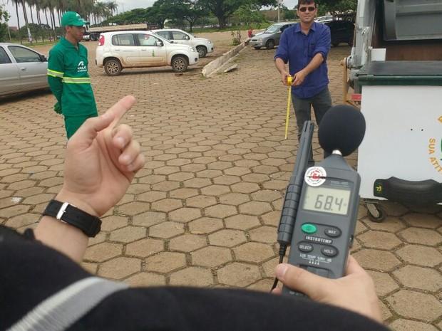 Técnico do SLU com aparelho de medicção de decibéis (Foto: Elielton Lopes/G1)