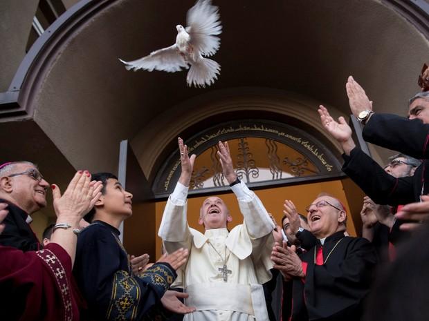 Papa Francisco solta uma pomba em igreja  em Tbilisi, Geórgia (Foto: REUTERS / Osservatore Romano)