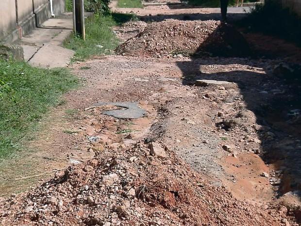 Moradores de distrito de Itumirim reclamam de erosão nas ruas (Foto: Reprodução EPTV)