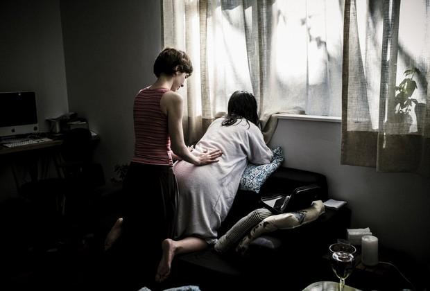 Priscila em trabalho de parto na própria casa (Foto: Gustavo Gomes)