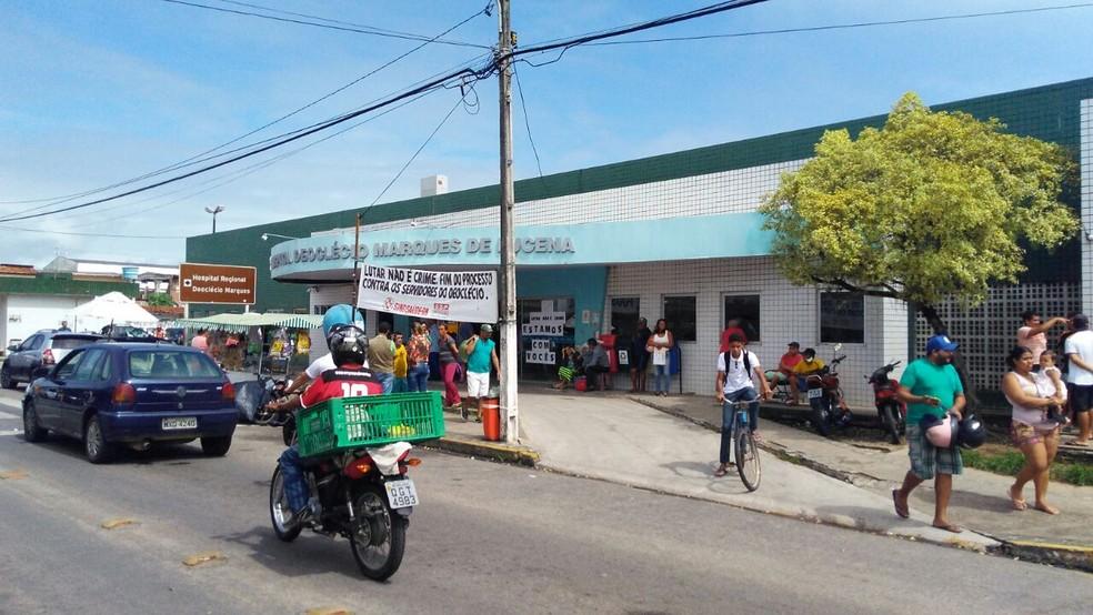 Mulher atingida por disparo foi levada para o Hospital Deoclécio Marques, em Parnamirim  (Foto: Marksuel Figueredo/Inter Tv Cabugi )