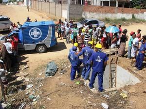 Trabalho de resgate de corpo de adolescente em Serrinha (Foto: Raimundo Mascarenhas/Calila Notícias)