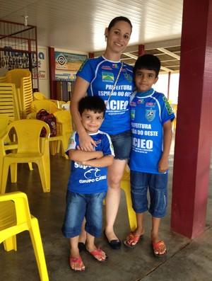 Leila levou os sobrinhos para torcer pelo Espigão (Foto: Paula Casagrande/GLOBOESPORTE.COM)