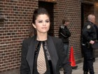 Selena Gomez usa look curtíssimo em programa de televisão
