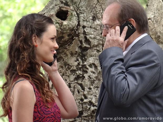 Como duas crianças, Gina e Herbert falam ao celular de frente para o outro (Foto: Amor à Vida / TV Globo)