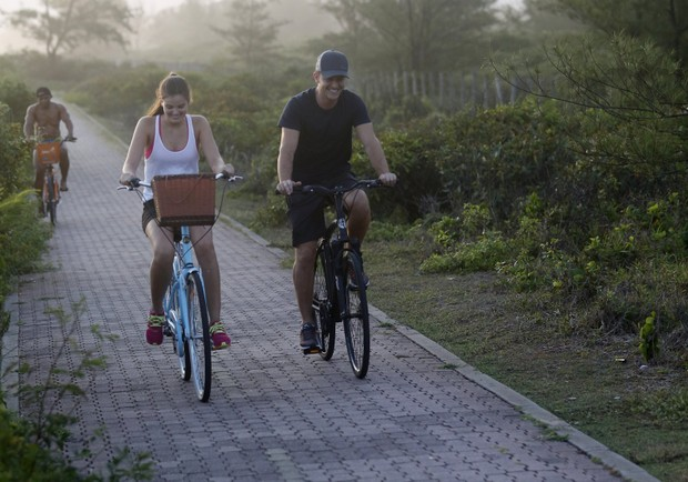Kleber Toledo e Camila Queiroz em Passeio de Bike pela Reserva no Rio de Janeiro (Foto: AgNews / AgNews)