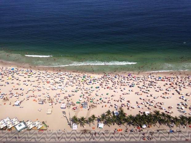 Banhistas lotam a praia de Copacabana neste domingo (11) (Foto: José Raphael Berrêdo/G1)
