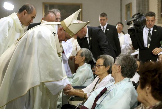 Papa Francisco cumprimenta mulheres que foram forçadas a serem escravas sexuais pelo Japão na Segunda Guerra Mundial em encontro nesta segunda-feira (18) na Coreia do Sul (Foto: Do Kwang-hwan, Yonhap/AP)