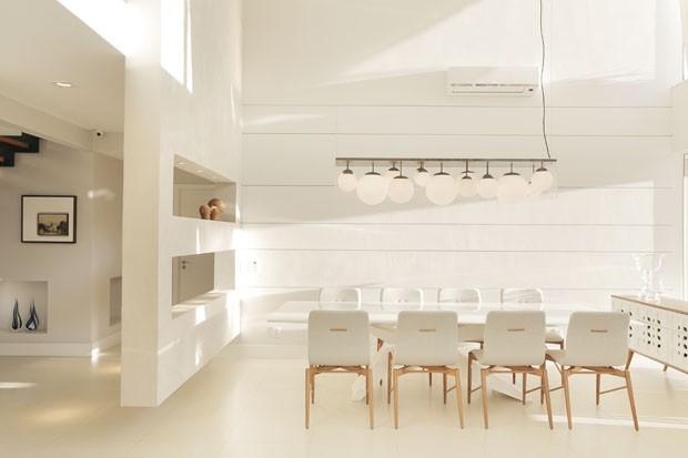 Décor do dia: sala de jantar neutra com toque de madeira (Foto: Leonardo Costa)