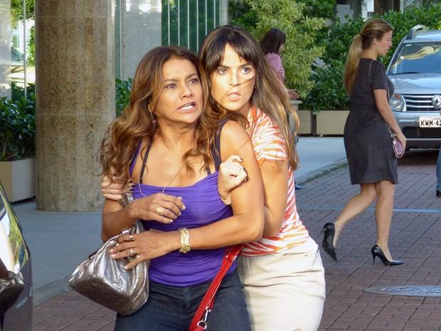 Neuma não deixa Wanda partir para cima de Wanda (Foto: Salve Jorge/TV Globo)