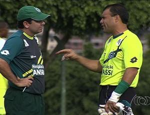 Enderson Moreira, técnico do Goiás, conversa com Harlei, goleiro (Foto: Reprodução/TV Anhanguera)