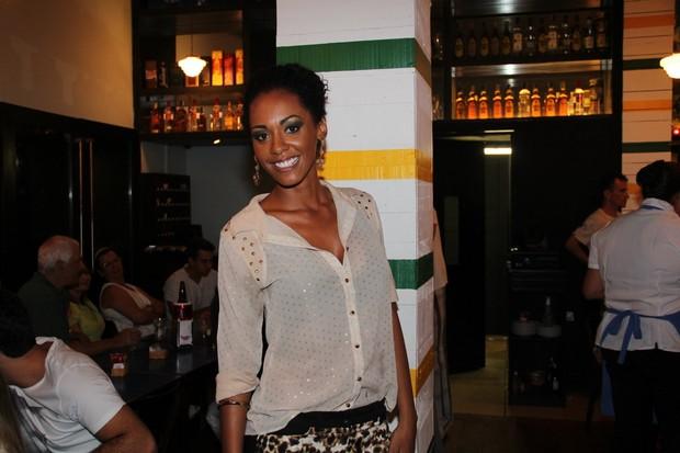 EGO – Ex-BBB Aline vai a restaurante carioca – notícias de Noite