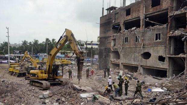 Funcionários trabalham nos escombros do desabamento em Bangladesh, onde uma mulher foi encontrada viva nesta sexta-feira (10) (Foto: Ismail Ferdous/AP)
