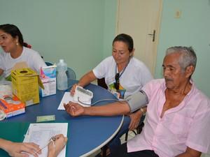 Lazaro Caetano, de 81 anos, aproveitou para aferir a pressão e a glicemia (Foto: Toni Francis/G1)