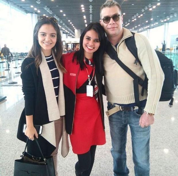 Pally Siqueira e Fábio Assunção posam com fã antes de viagem a Alemanha (Foto: Reprodução/Instagram)