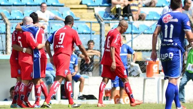 Jogadores do Guaratinguetá comemoram o gol (Foto: Claudinho Coradini/Guaratinguetá)
