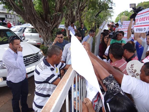 Professores fizeram protesto no aeroporto de Imperatriz na chegada de Aécio Neves (Foto: G1)