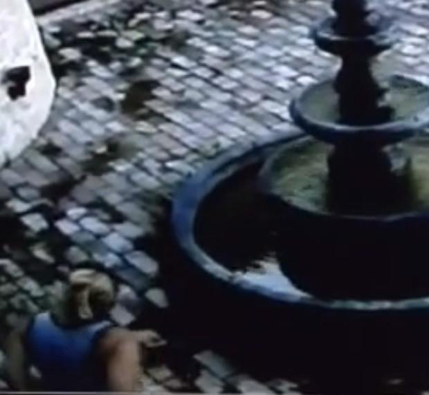 Senhora urinou em frente a casa vizinha e fugiu sem conseguir levar nada (Foto: Reprodução/YouTube/Jason Jodway)