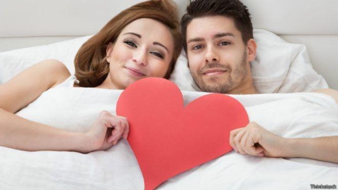 Não há provas de aumento das chances de gravidez se a mulher permanecer deitada após o ato sexual (Foto: Thinkstock/BBC)