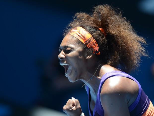 Serena Williams vibra muito após vencer o primeiro set (Foto: AFP)