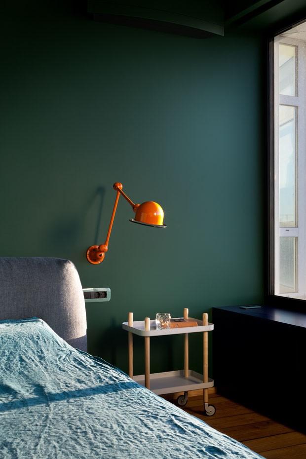 Décor do dia: quarto minimalista com tons escuros de azul e verde (Foto: reprodução)