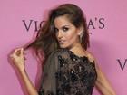 Uau! Izabel Goulart usa vestido bem sexy em festa vip da Victoria's Secret
