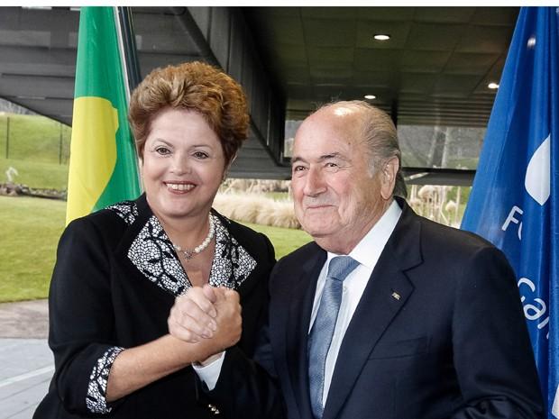 A presidente Dilma Rousseff e o presidente da Fifa, Joseph Blatter, em encontro na Suíça nesta quinta (23) (Foto: Roberto Stuckert Filho / PR)