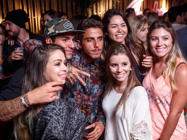 Gabriel Medina e Felippe Toledo em festa na Zona Oeste do Rio (Foto: Marcos Samerson/ Agência We love Photo!/ Divulgação)