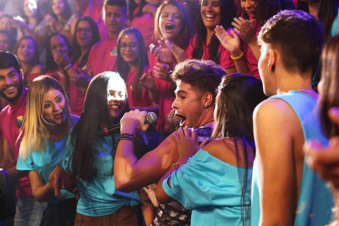Depois o cantor ganhou abraços da plateia! (Foto: Carol Caminha/Gshow)