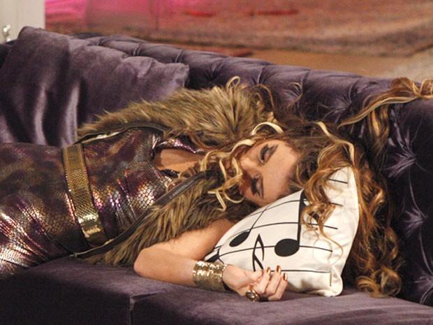 Chayene se sente derrotada (Foto: Cheias de Charme / TV Globo)