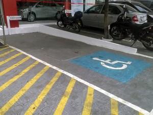 Motoristas com deficiência encontram dificuldades para estacionar por ter a vaga exclusiva ocupada por pessoas que não são deficientes (Foto: Diogo Almeida/G1)