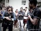 Dira Paes e Marcos Palmeira gravam cena de ação em comunidade do Rio de Janeiro