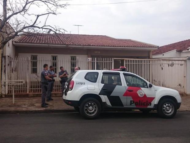 Polícia em frente da casa onde aconteceu o disparo (Foto: Marcos Lavezo/G1)