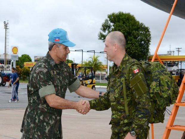 Militares brasileiro e canadense se cumprimentam em recepção em Várzea Grande (Foto: 18º Contingente Brasileiro (BRABAT 18))