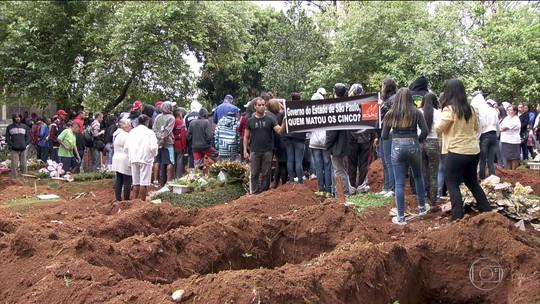 Corpos de 4 dos 5 jovens mortos em chacina em São Paulo são enterrados