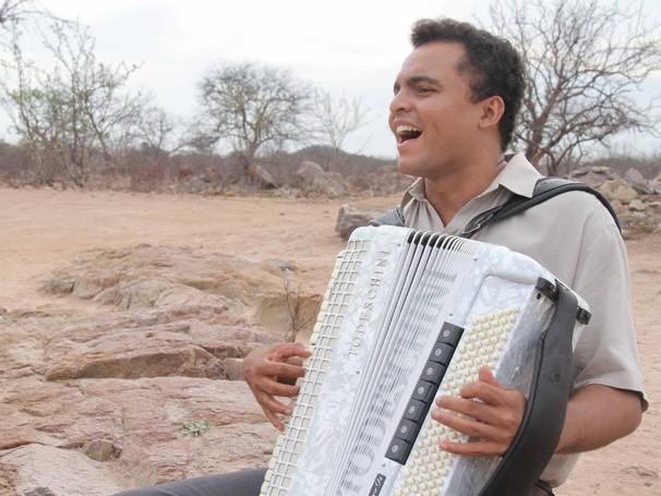 Chambinho do Acordeom faz um show gratuito com clássicos de Luiz Gonzaga, como 'A Vida do Viajante' e 'Asa Branca', a partir das 18h30 (Foto: Divulgação)