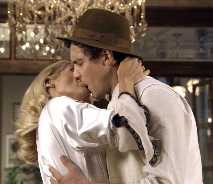 Sandra dá beijaço em Candinho (Foto: TV Globo)