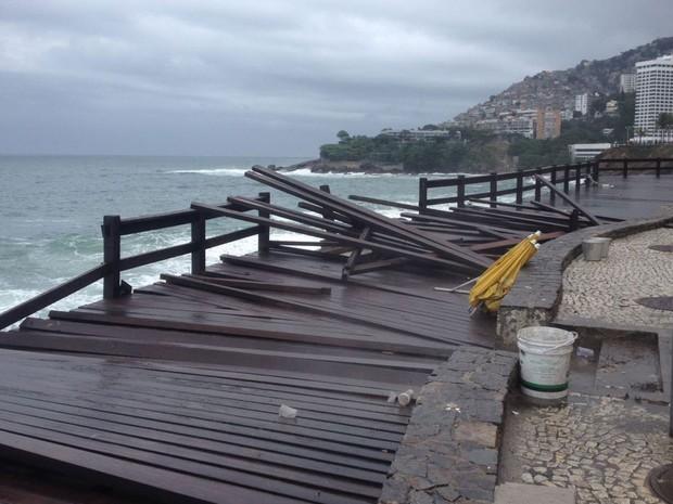 Mirante do Leblon continua com trecho interditado após ondas atingirem o local na madrugada de sábado (29) (Foto: Débora Fonseca / G1 Rio)
