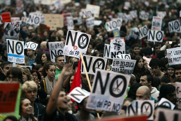 Manifestantes protestam contra os cortes na educação nesta quinta-feira (18) nas ruas de Madri (Foto: AFP)