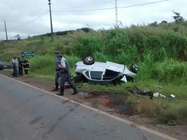 Motorista perdeu o controle do carro e bateu de frente com van (Foto: Divulgação / Corpo de Bombeiros de Itaí)