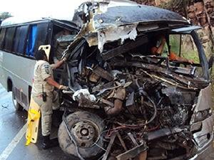 Motorista ficou preso nas ferragens e foi socorrido pelos Bombeiros (Foto: Assessoria\2ª CIBM)