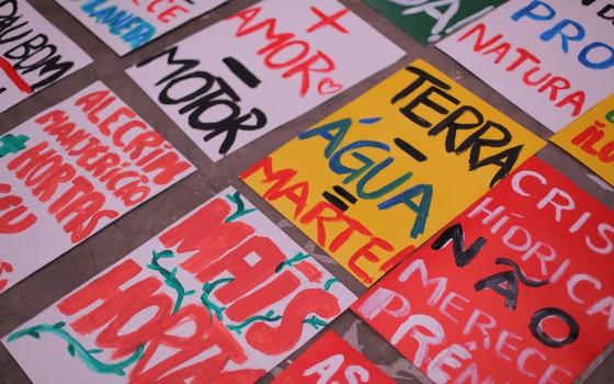Cartazes para a Marcha do Clima, que acontece em São Paulo. A mobilização por um acordo em Paris está crescendo (Foto: divulgação )