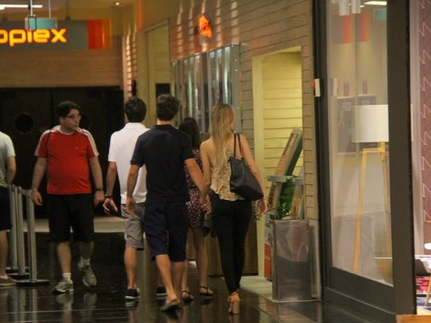 Kayky Brito com a namorada em shopping na Zona Sul do Rio (Foto: Daniel Delmiro/ Ag. News)