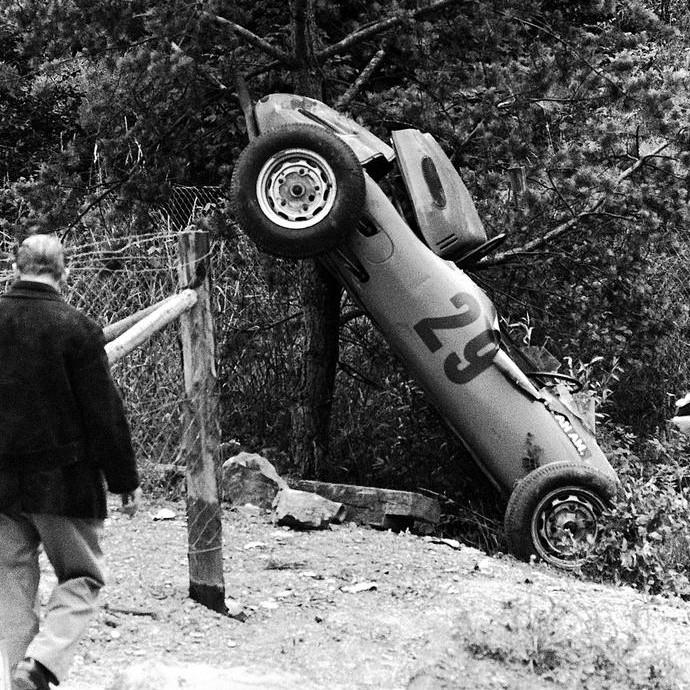 Após sair da pista em Nurburgring, Carel Godin Beaufort foi arremessado para fora e morreu três dias depois (Foto: Reprodução / Twitter)