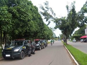 Grupo de indígenas foram escoltados por um comboio de 15 viaturas (Foto: Divulgação/54º BIS)