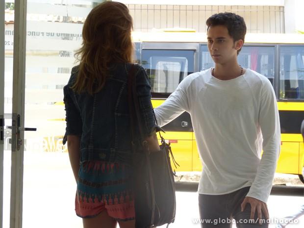 Anita se surpreende ao encontrar Ben no salão (Foto: Malhação / TV Globo)