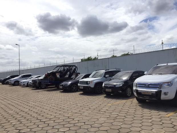 PF apreendeu 17 veículos com os envolvidos. Entre eles, carros de luxo que custam até R$ 100 mil (Foto: Inaê Brandão/G1 RR)