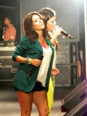 Grávida de oito meses, Simaria se apresenta com a irmã e a banda Forró Real no Bloco Danadim (Foto: Divulgação)
