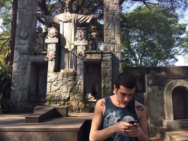 Rafael Alencar encontrou túmulo que é indicado como 'pokestop' no Pokémon Go (Foto: Will Soares/G1)
