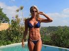 Caroline Bittencourt posa de biquíni e exibe barriga supersarada